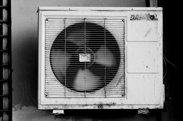 エアコンクリーニングの室外機は、自分で掃除しても効果は同じだった?